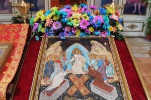 Икона Воскресения Христова на аналое была украшена летними цветами